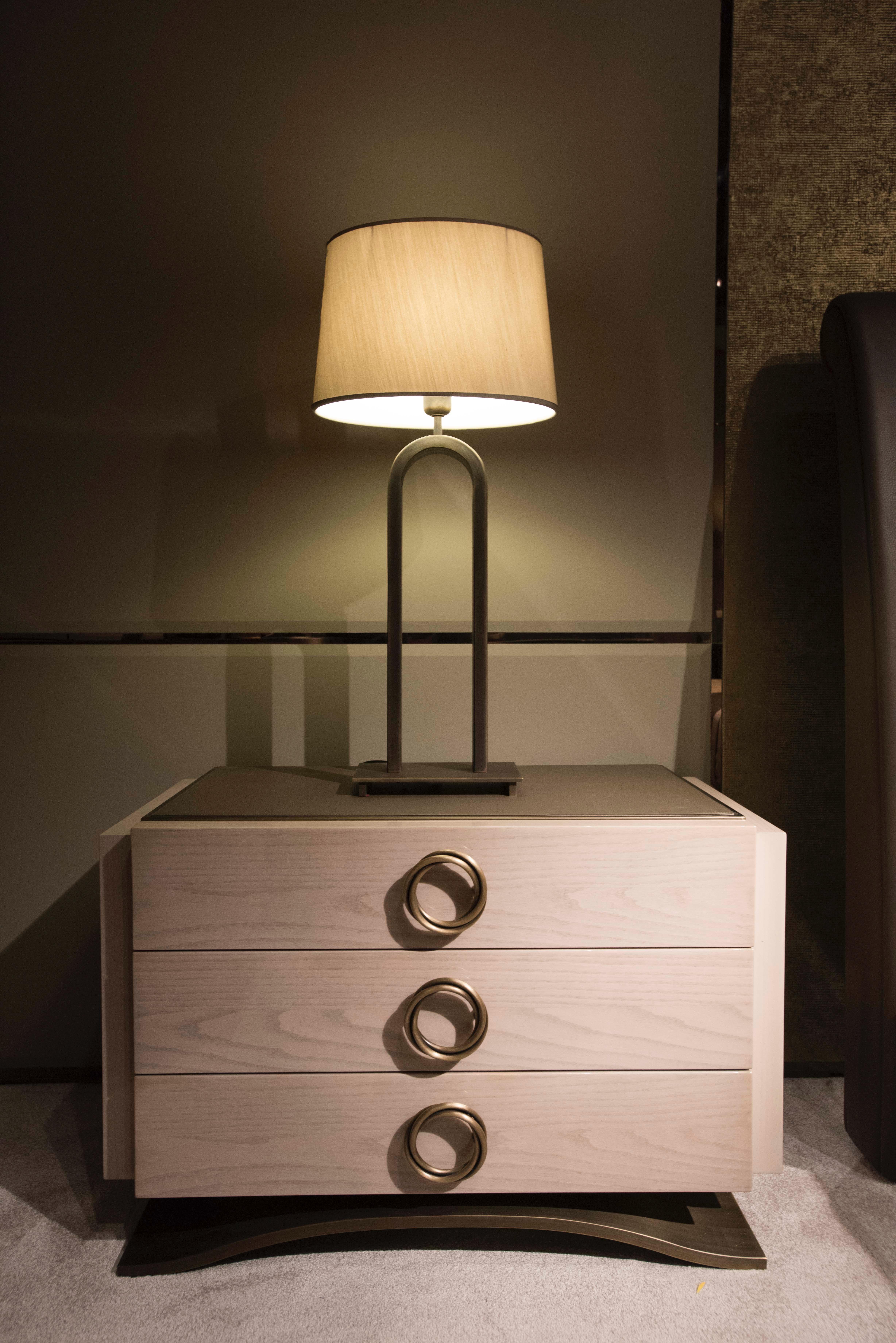 Chevet haussmann hugues chevalier chevet design for Lampe de chevet chevalier